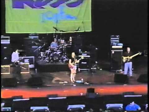 Lisa Loeb Performs