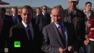Путин и Медведев пообщались со строителями Керченского моста