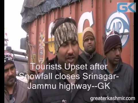Tourists Upset after Snowfall closes Srinagar-Jammu highway