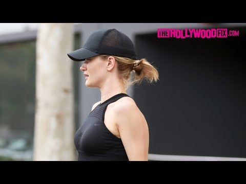 Rosie Huntington-Whiteley Exhibits Her Tiny Stomach In A Sports Bra Crop-Top At The Gym 5.30.18
