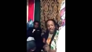 Daawo Bashaalka Fanaaniin Caan Ah Oo Mirqaan Iyo Shiisho Cirka Maraya