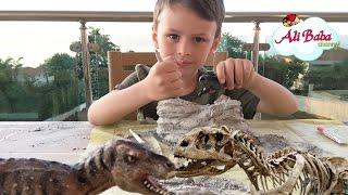Делаем раскопки динозавров | Динозавры Тирекс Трицератопс Спинозавр. Игрушки для детей