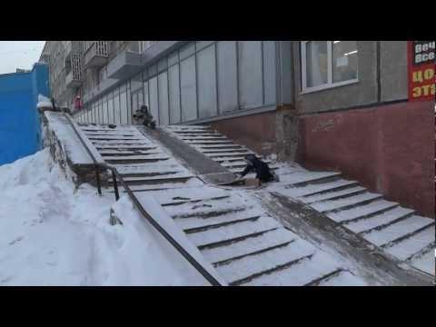 Лестница магазина превратилась в ледяную горку