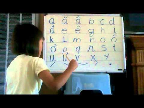 Học đánh vần chữ cái.