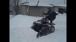 Гусеничный минитрактор - чистим снег. Homemade mini cable dozer push the snow.