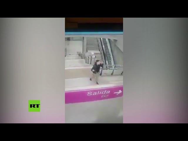 VIRAL: Caída 'de película' de un joven en las escaleras del metro de Santiago de Chile