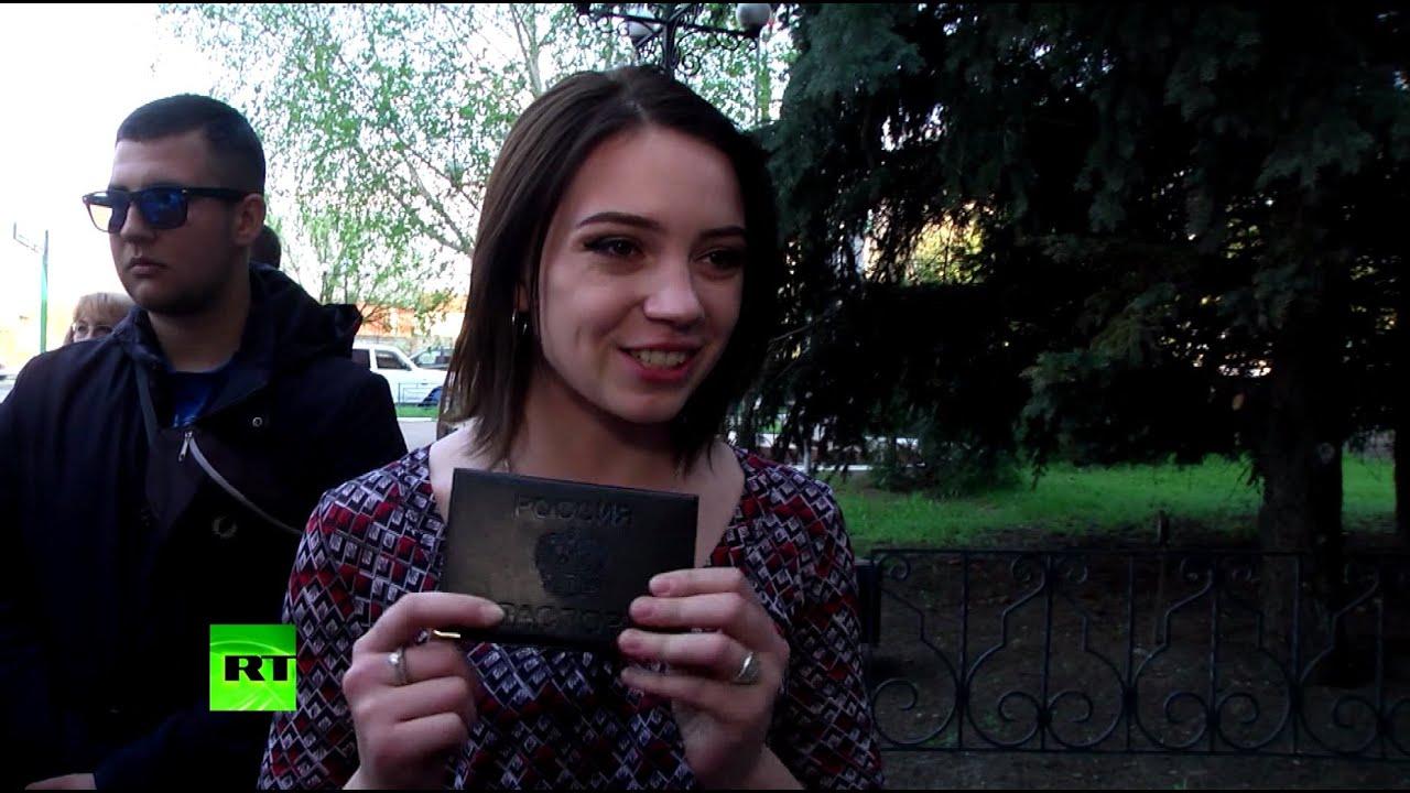 «Мы ждали этого 5 лет»: жители Луганска о получении российских паспортов
