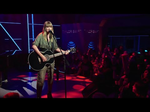 Watch Taylor Swift Perform Lively Acoustic Performance of 'Shake It Off'!