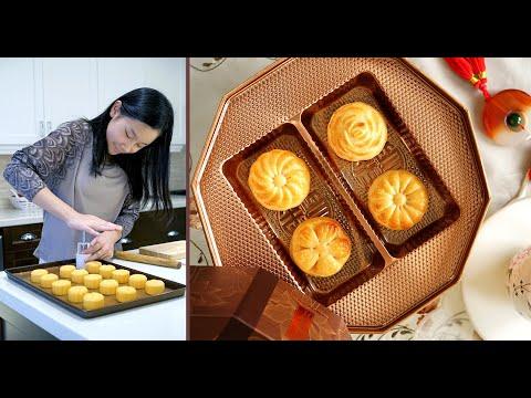 Traditional Egg Custard Mooncakes 传统奶黄月饼