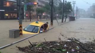 基隆連續豪雨傳出淹水災情,計程車司機被迫棄車。 thumbnail
