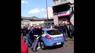 Viale Monza: la polizia procede a un arresto, la folla contesta gli agenti