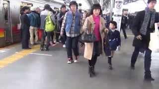 2015年11月撮影。二子玉川駅での朝ラッシュ時の東急電鉄の田園都市線渋...