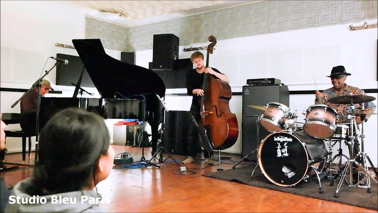 Stephen McCraven (drums), Tom McClung (piano), Florent Allirot (contrebasse)
