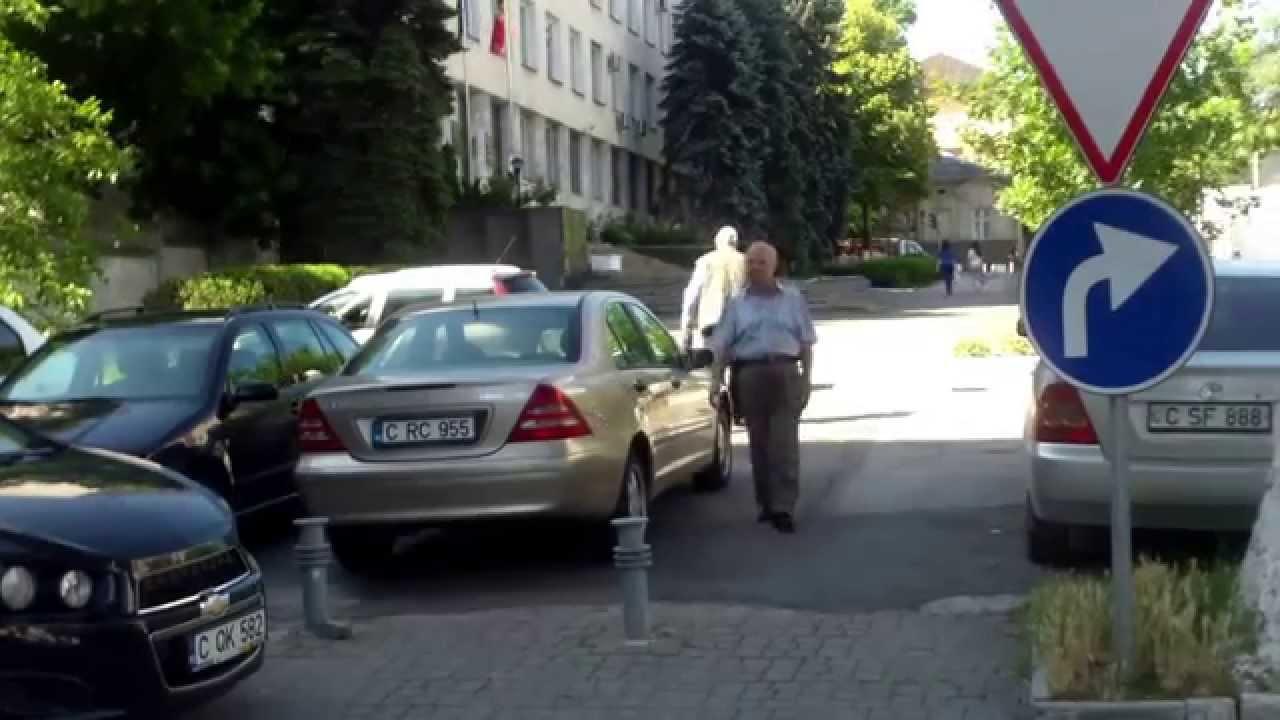 Semne de circulație pe trotuar pentru… șoferi