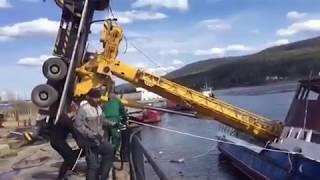 Автокран опрокинулся при попытке спустить на воду судно