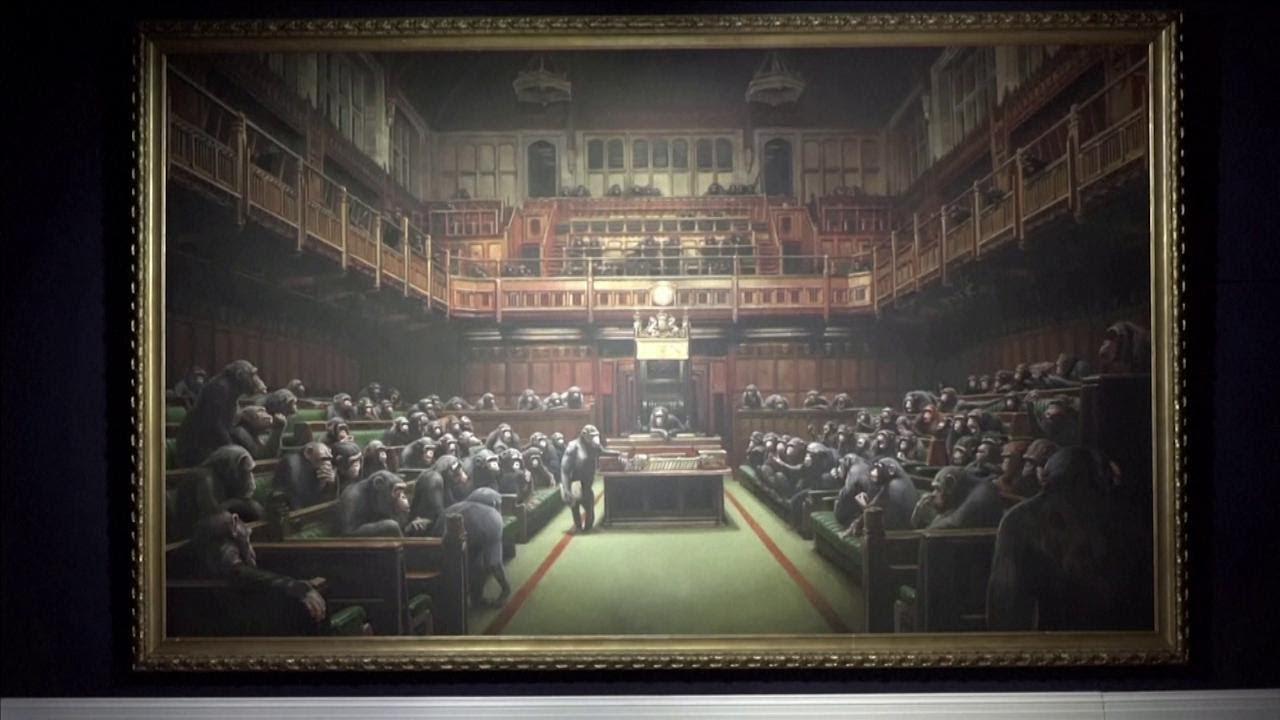 """Gb, venduto all'asta """"Devolved Parliament"""" di Banksy: gli scimpanzé valgono 11 milion"""