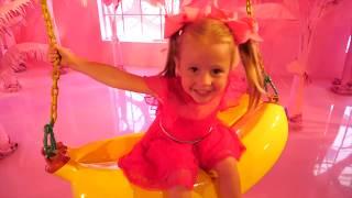Настя и Влог в музее мороженого Огромный бассейн со сладостями и гигантское мороженое