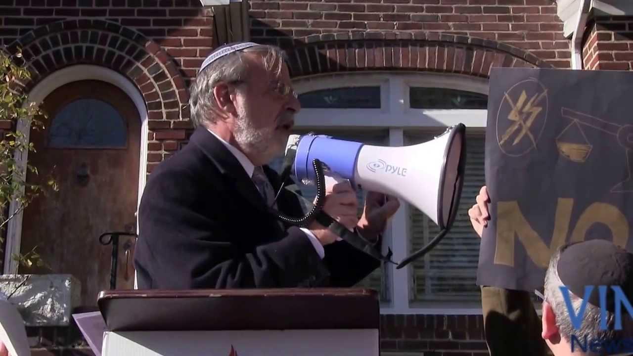 Rally Outside Alleged Nazi criminal 90 year old Jakiw Palij - YouTube
