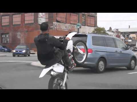 wheeling suicidaire en cross,énervée de la roue arrière