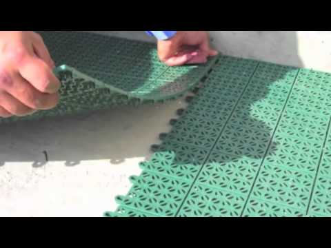 Piastrella in plastica flessibile e drenante per giardino