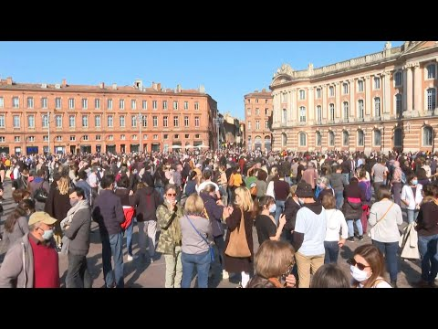 Thousands gather in Toulouse in homage to decapitated teache