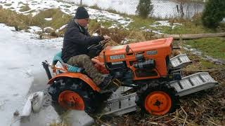 Próba wyjazdu traktorka kubota 7001 ze stawu ojca. www.akant-ogrody.pl