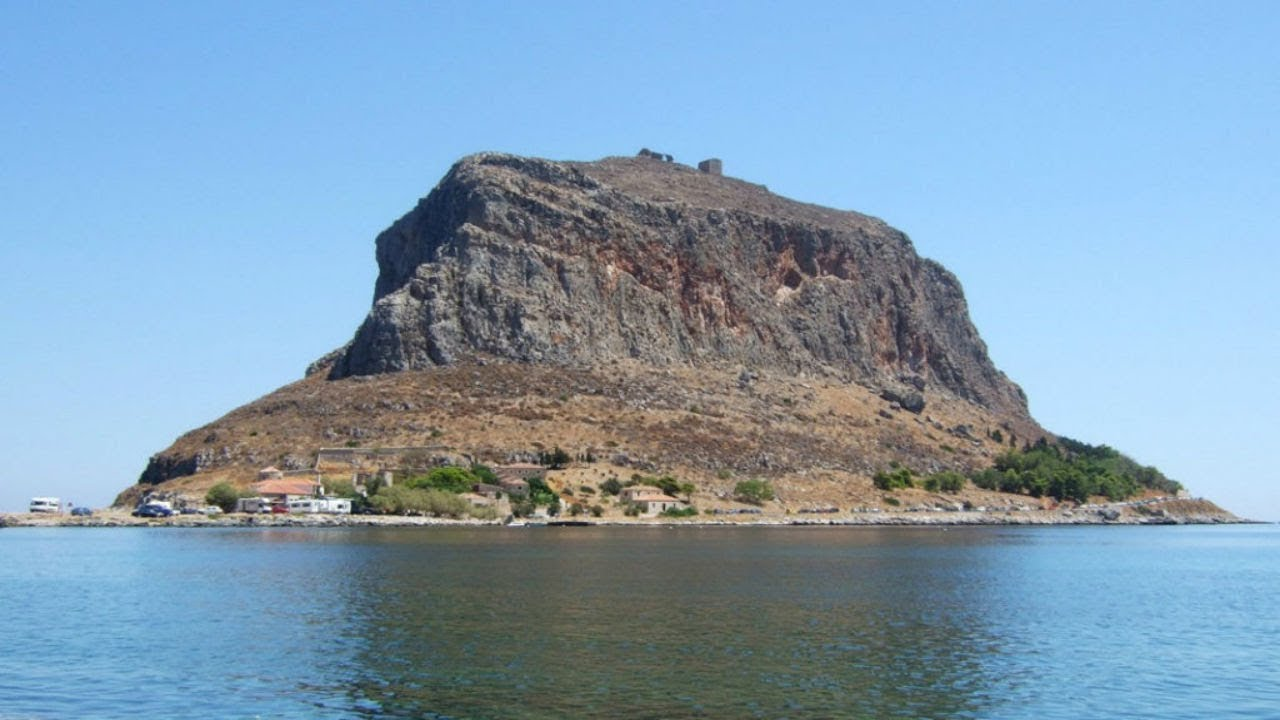this-giant-mass-of-rock-conceals-an-awesome-1-500-year-old-stronghold-that-s-still-inhabited-today