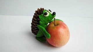 Как сделать ёжика из пластилина, шишки и яблока своими руками. Осенняя поделка еж.
