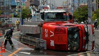 大阪府八尾市で消防車横転