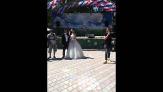 Невеста и жених зажигают в парке.Южно-Сахалинск