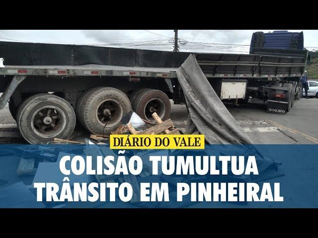 Colisão entre carreta e trem tumultua trânsito em Pinheiral