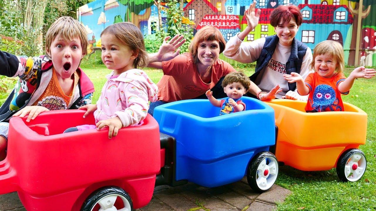 Песенки для детей - сборник! Адриан, Маша Капуки и Бьянка катаются с друзьями на детской площадке!
