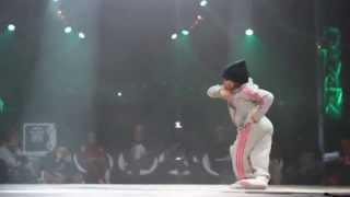 маленькая девочка круто танцует брейк данс