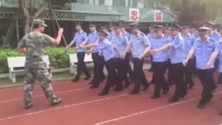 Курсанту никак не дается строевая подготовка Китай(Забавное видео о том как курсант изо всех сил пытается координировать свои движения во время упражнения..., 2016-07-12T14:06:34.000Z)