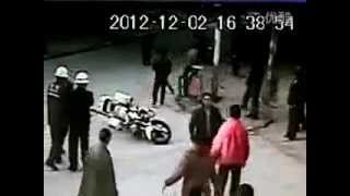 Guangdong gangsters beat up men on street while police watch