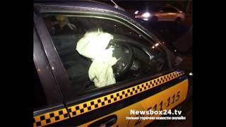 На Молодежной водитель такси проверил на прочность рекламный щит(, 2015-11-10T23:23:26.000Z)