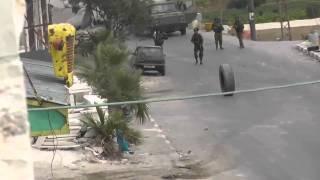 شاهد: جندي إسرائيلي أراد التّصدي لإطار سيارة فماذا حدث له فيديو يستحق المشاهدة