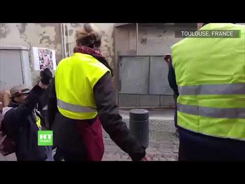 Toulouse : une Gilet jaune pacifiste s'interpose entre des manifestants et des policiers