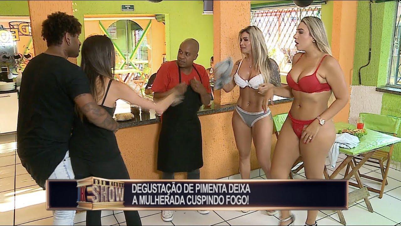 Garotas tiram a roupa para se refrescar no restaurante e provocam a maior confusão #1