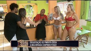 Garotas tiram a roupa para se refrescar no restaurante e provocam a maior confusão