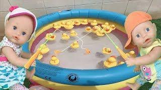 Muñecas bebes nenuco y baby born juego de pescar patitos en piscina con juguetes y regalos sorpresa