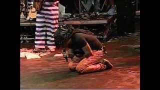 Carlinhos Brown fazendo reverência ao Alto de Xangô e ao Pai Dionata de Xangô