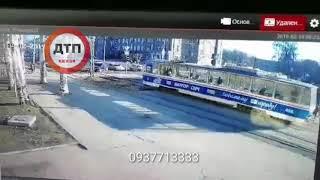 Пешехода размолотил травмай:  Видео 18+  #аварія😨 #дтп #происшествия м. Запоріжжя, вул. Моторобудів