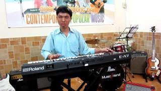 Nghệ sĩ Hữu Hòa đờn Guitar cổ nhạc trên Roland EA7