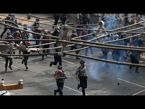 شاهد: انشقاق مندوب ميانمار في الأمم المتحدة والشرطة تطلق الرصاص المطاطي لتفريق المحتجين …  - 22:58-2021 / 2 / 27