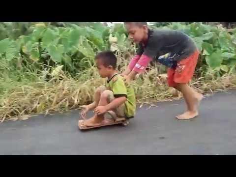 Anak-anak Asyik Bermain Mobil-mobilan dari Laher Roda