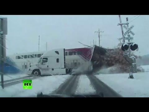 В США пассажирский поезд протаранил грузовик FedEx