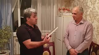 • Курбан Кулизанов дарит мне книгу о Шамиле. Kurban Kulizanov gives me a book about Shamil