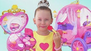 Alice finge jugar con la princesa Carriage Toy