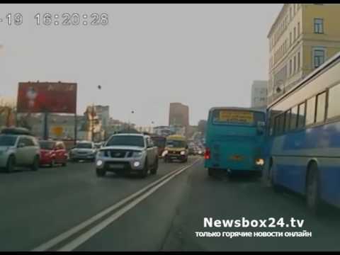 В центре Владивостока водитель пассажирского автобуса ездил по встречной полосе